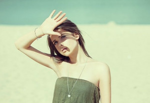 Các tia UV từ ánh nắng sẽ khiến làn da bị lão hóa nhanh hơn